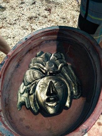 Obszidiánból készült maja maszk. Az eredeti obszidián sós vízbe merítve arany színűen tündöklik.